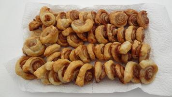 vassoio di cinnamon rolls